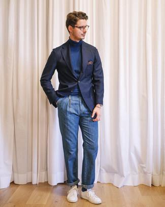 Cómo combinar: blazer azul marino, jersey de cuello alto azul marino, vaqueros azules, tenis blancos