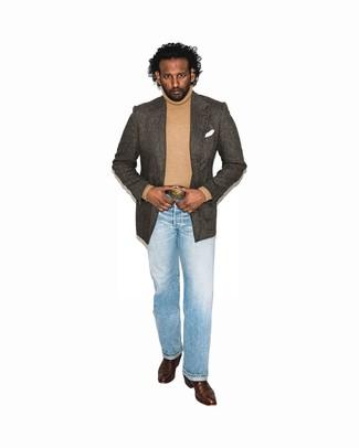 Cómo combinar: blazer de espiguilla en marrón oscuro, jersey de cuello alto marrón claro, vaqueros celestes, botas camperas de cuero en marrón oscuro