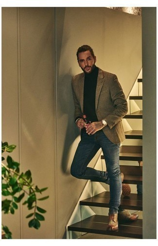 Cómo combinar un blazer marrón: Elige un blazer marrón y unos vaqueros azul marino para después del trabajo. Opta por un par de botas brogue de cuero marrónes para mostrar tu inteligencia sartorial.