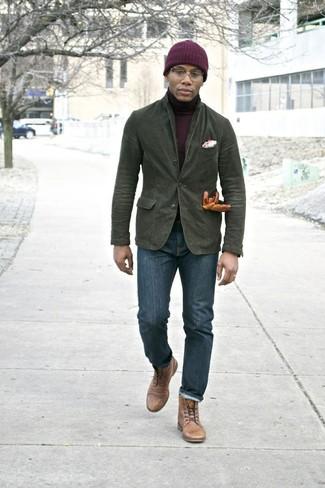 Cómo combinar: blazer de algodón verde oliva, jersey de cuello alto burdeos, vaqueros pitillo azul marino, botas casual de cuero marrón claro