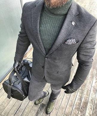 Cómo combinar: blazer de lana gris, jersey de cuello alto verde oscuro, vaqueros pitillo grises, botines chelsea de ante verde oliva