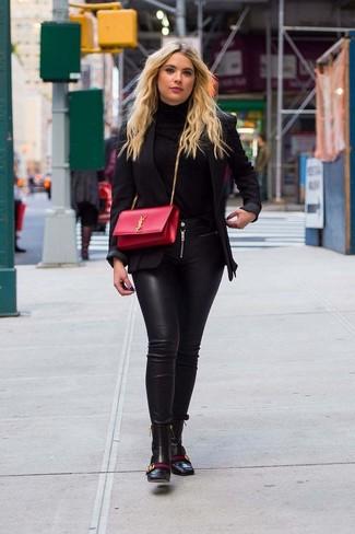 Utiliza un blazer negro y unos vaqueros pitillo de cuero negros para crear una apariencia elegante y glamurosa. Con el calzado, sé más clásico y opta por un par de botines de cuero negros.