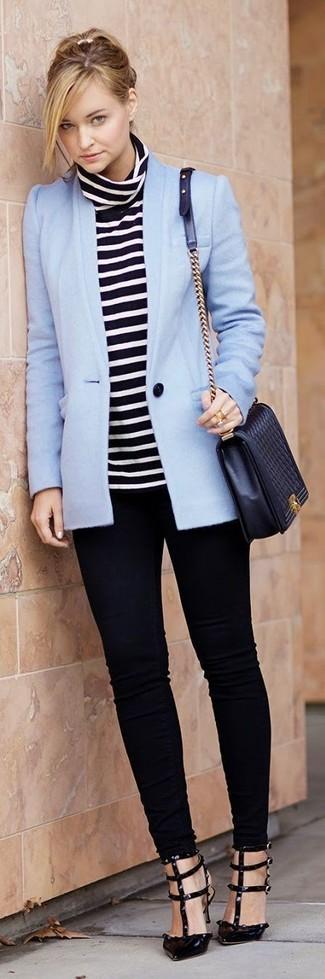 Outfits mujeres: Considera emparejar un blazer celeste con unos vaqueros pitillo negros para conseguir una apariencia relajada pero chic. Zapatos de tacón de cuero negros son una opción práctica para completar este atuendo.