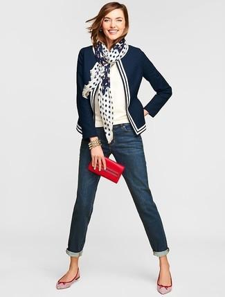 Cómo combinar: blazer en azul marino y blanco, jersey de manga corta blanco, vaqueros boyfriend azul marino, bailarinas de cuero en blanco y rojo