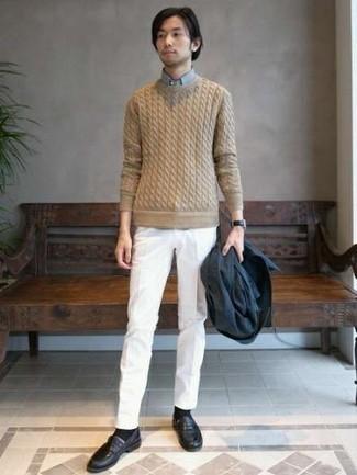 Cómo combinar un jersey de ochos: Emparejar un jersey de ochos junto a un pantalón de vestir blanco es una opción atractiva para una apariencia clásica y refinada. Completa el look con mocasín de cuero negro.