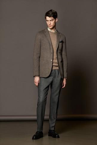 Cómo combinar: blazer de lana de espiguilla marrón, jersey de ochos marrón, camisa de vestir de tartán en beige, pantalón de vestir de lana gris