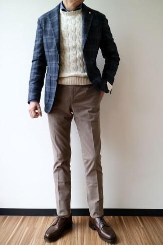Accede a un refinado y elegante estilo con un jersey de ochos en beige de Gant y un pantalón de vestir marrón. Zapatos derby de cuero marrón oscuro son una opción excelente para completar este atuendo.