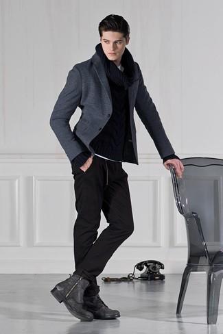 Cómo combinar: blazer de lana en gris oscuro, jersey de ochos negro, pantalón de chándal negro, botas casual de cuero en gris oscuro