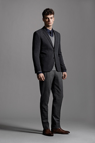 Cómo combinar una camisa de manga larga azul: Utiliza una camisa de manga larga azul y un pantalón de vestir de lana en gris oscuro para rebosar clase y sofisticación. Botines chelsea de cuero en marrón oscuro son una opción excelente para completar este atuendo.