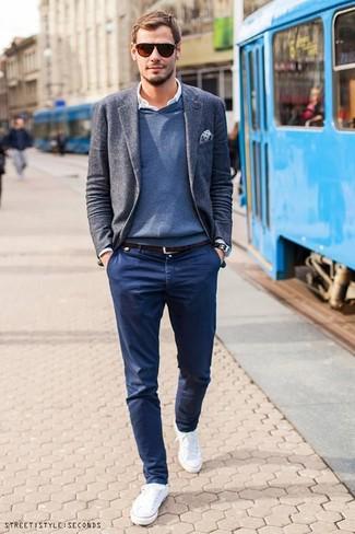 Elige un jersey de pico azul y un pantalón chino azul marino para lidiar sin esfuerzo con lo que sea que te traiga el día. Tenis blancos añadirán un nuevo toque a un estilo que de lo contrario es clásico.