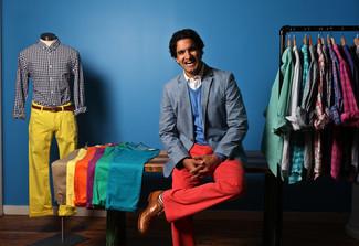 Empareja un jersey de pico azul junto a un pantalón chino rojo para una vestimenta cómoda que queda muy bien junta. Dale un toque de elegancia a tu atuendo con un par de zapatos brogue de cuero marrón claro.