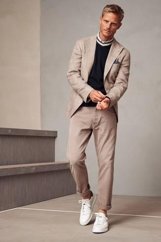 Cómo combinar: blazer en beige, jersey de pico negro, camisa de manga larga blanca, vaqueros en beige