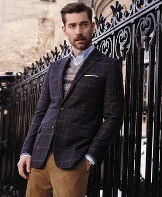 Cómo combinar: blazer de lana a cuadros azul marino, jersey de pico de grecas alpinos gris, camisa de manga larga celeste, pantalón de vestir marrón claro