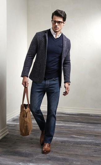 Si buscas un look en tendencia pero clásico, haz de un blazer de lana gris oscuro y unos vaqueros azul marino tu atuendo. Dale onda a tu ropa con zapatos derby de cuero marrónes.