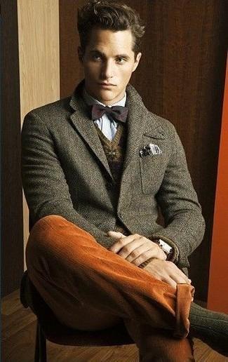 Cómo combinar: blazer de lana verde oliva, jersey de pico de grecas alpinos marrón, camisa de manga larga celeste, pantalón chino en tabaco