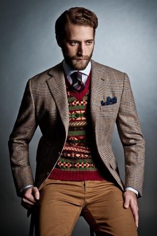 Cómo combinar: blazer de pata de gallo marrón, jersey de pico de grecas alpinos rojo, camisa de manga larga de rayas verticales en blanco y azul, pantalón chino marrón