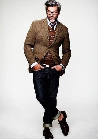 Cómo combinar: blazer de lana marrón, jersey de pico de grecas alpinos marrón, camisa de manga larga blanca, vaqueros azul marino