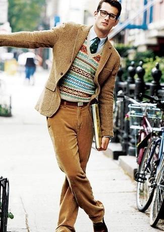 Cómo combinar: blazer de lana marrón claro, jersey de pico de grecas alpinos en beige, camisa de manga larga celeste, pantalón de vestir de pana marrón claro