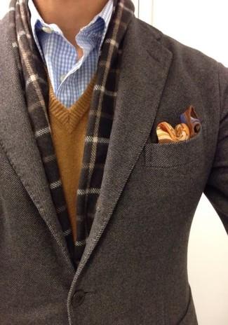 Cómo combinar: blazer de lana en marrón oscuro, jersey de pico marrón, camisa de vestir de cuadro vichy celeste, pañuelo de bolsillo de paisley marrón