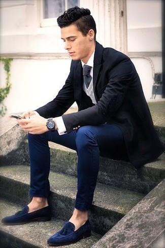 Cómo combinar: blazer negro, jersey de pico gris, camisa de vestir blanca, pantalón chino azul marino