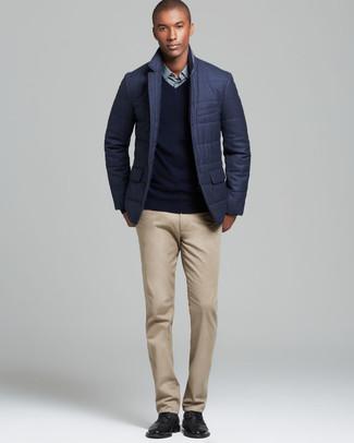 Cómo combinar: blazer acolchado en gris oscuro, jersey de pico negro, camisa de vestir en verde menta, pantalón chino marrón claro