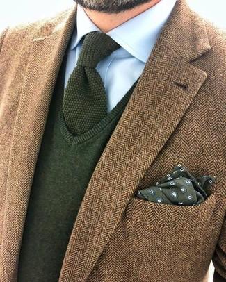 Cómo combinar: blazer de lana de espiguilla marrón, jersey de pico verde oliva, camisa de vestir celeste, corbata de punto verde oliva