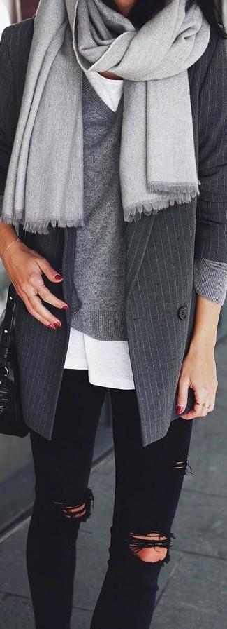 Cómo combinar: blazer de lana de rayas verticales en gris oscuro, jersey de pico gris, camiseta con cuello circular blanca, vaqueros pitillo desgastados negros
