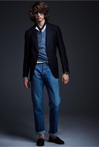 Este combo de un jersey de pico azul marino y unos vaqueros azules te permitirá mantener un estilo cuando no estés trabajando limpio y simple. Agrega mocasín de cuero negro a tu apariencia para un mejor estilo al instante.