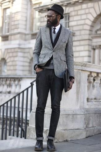 Ponte un blazer de lana gris y unos vaqueros negros para un lindo look para el trabajo. ¿Te sientes ingenioso? Dale el toque final a tu atuendo con zapatos derby de cuero negros.