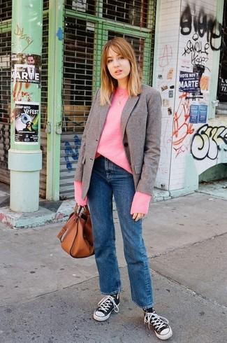 Cómo combinar: blazer de lana marrón, jersey oversized rosa, vaqueros azules, zapatillas altas de lona en negro y blanco