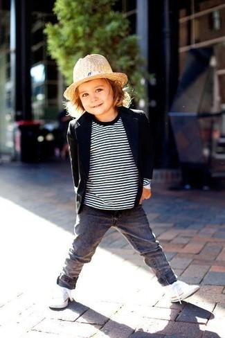 Cómo combinar: blazer negro, jersey de rayas horizontales en blanco y negro, vaqueros grises, zapatillas blancas