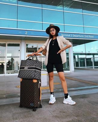 Cómo combinar: blazer en beige, mallas ciclistas negras, deportivas blancas, bolsa tote de lona de tartán marrón claro