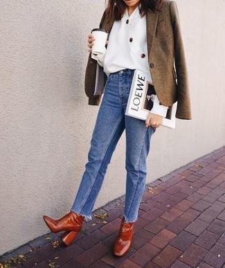 Cómo combinar: blazer de lana marrón, blusa de botones blanca, vaqueros azules, botines de cuero en tabaco