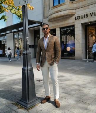 Look de moda: Blazer de lino marrón, Camisa de manga larga de rayas verticales blanca, Pantalón chino blanco, Mocasín de ante marrón