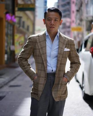 Cómo combinar: blazer de tartán marrón, camisa de manga larga de rayas verticales celeste, pantalón de vestir en gris oscuro, pañuelo de bolsillo blanco