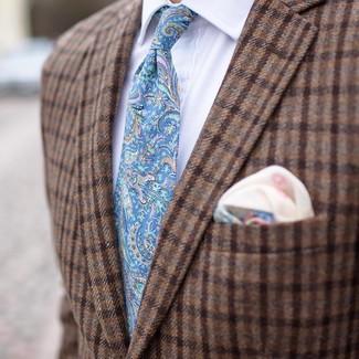 Cómo combinar: blazer de lana a cuadros marrón, camisa de vestir blanca, corbata de paisley celeste, pañuelo de bolsillo estampado en beige