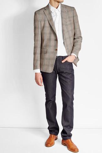 Cómo combinar un blazer de tartán marrón: Si buscas un look en tendencia pero clásico, utiliza un blazer de tartán marrón y un pantalón chino azul marino. ¿Te sientes valiente? Opta por un par de zapatos derby de cuero en tabaco.