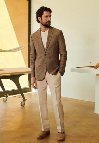 Cómo combinar unas alpargatas de ante marrón claro: Usa un blazer de rayas verticales marrón y un pantalón de vestir marrón claro para una apariencia clásica y elegante. ¿Quieres elegir un zapato informal? Elige un par de alpargatas de ante marrón claro para el día.