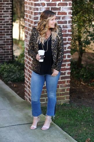 Cómo combinar: blazer de leopardo marrón, camiseta con cuello circular negra, vaqueros azules, sandalias de tacón de cuero en beige