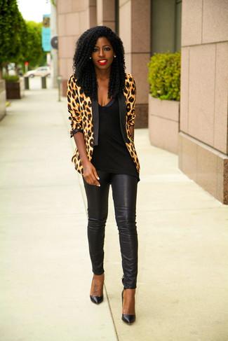 Cómo combinar: blazer de leopardo marrón claro, blusa sin mangas negra, pantalones pitillo de cuero negros, zapatos de tacón de cuero negros