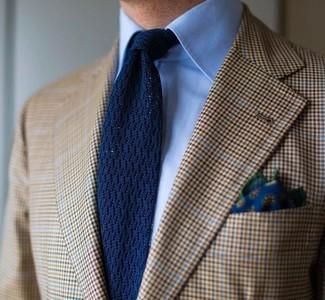 Cómo combinar: blazer de tartán marrón claro, camisa de vestir celeste, corbata de punto azul marino, pañuelo de bolsillo con print de flores azul marino