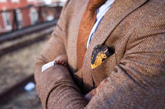 Cómo combinar: blazer de lana de espiguilla marrón claro, camisa de vestir celeste, corbata de lana marrón, pañuelo de bolsillo de seda con print de flores amarillo
