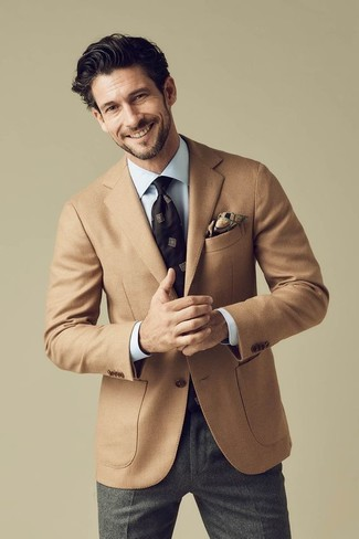 Cómo combinar un pantalón de vestir de lana gris: Casa un blazer de lana marrón claro con un pantalón de vestir de lana gris para rebosar clase y sofisticación.