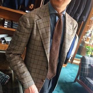 Cómo combinar: blazer de tartán marrón claro, camisa de vestir celeste, pantalón de vestir en gris oscuro, corbata de punto marrón