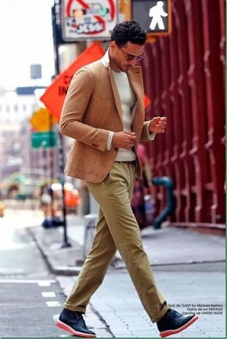 Cómo combinar: blazer marrón claro, jersey con cuello circular blanco, pantalón chino marrón claro, botas safari de cuero azul marino