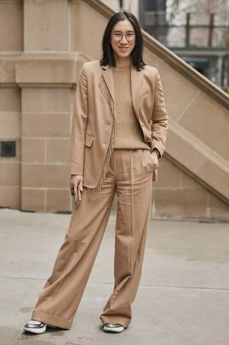 Cómo combinar: blazer de lana marrón claro, jersey de ochos marrón claro, pantalones anchos marrón claro, deportivas plateadas