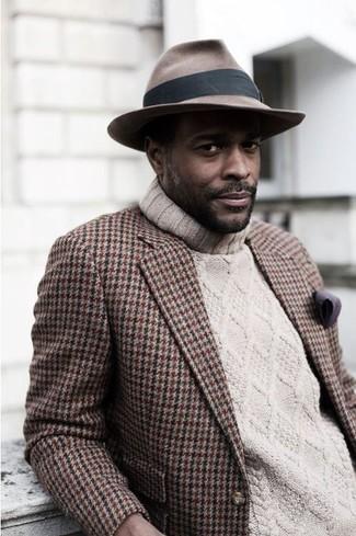 Considera ponerse un blazer de pata de gallo marrón y un sombrero para un lindo look para el trabajo.