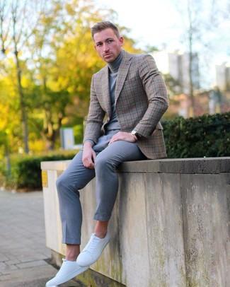 Cómo combinar: blazer a cuadros marrón, jersey de cuello alto gris, pantalón chino gris, tenis de cuero blancos