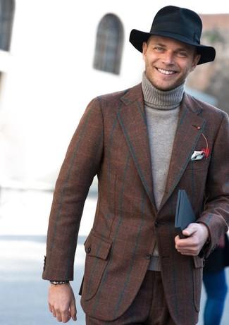 Cómo combinar: blazer de lana a cuadros marrón, jersey de cuello alto gris, pantalón de vestir de lana a cuadros marrón, sombrero de lana negro