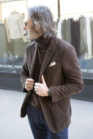 Cómo combinar: blazer marrón, jersey de cuello alto marrón, vaqueros azul marino, pañuelo de bolsillo en beige